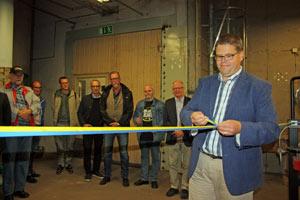 Kommunstyrelsens ordförande Anders Vigelsbo klipper band