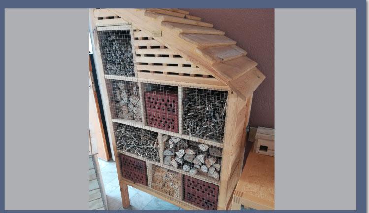Ett smådjurshotell, med pinnar tegelstenar m.m.