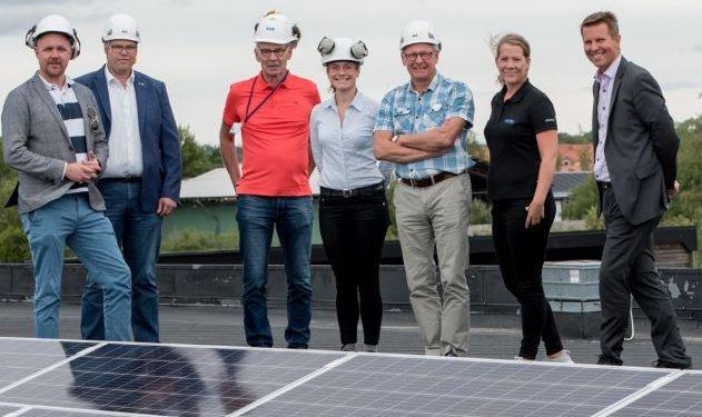 Solpaneler på SHEs tak invigs av kommunstyrelsens ordförande, medverkande är delar av SHEs styrelse samt Mari HESAB